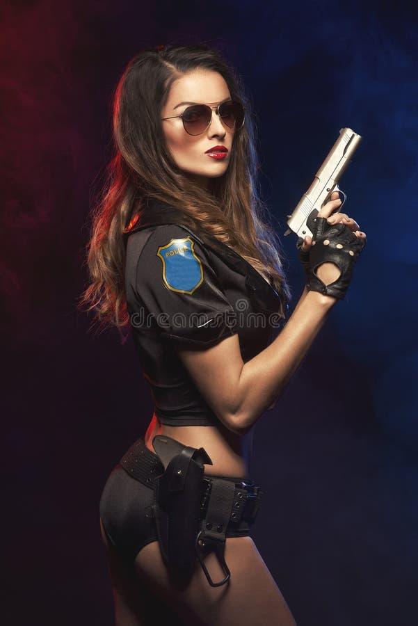 Mulher 'sexy' com uniforme da polícia foto de stock