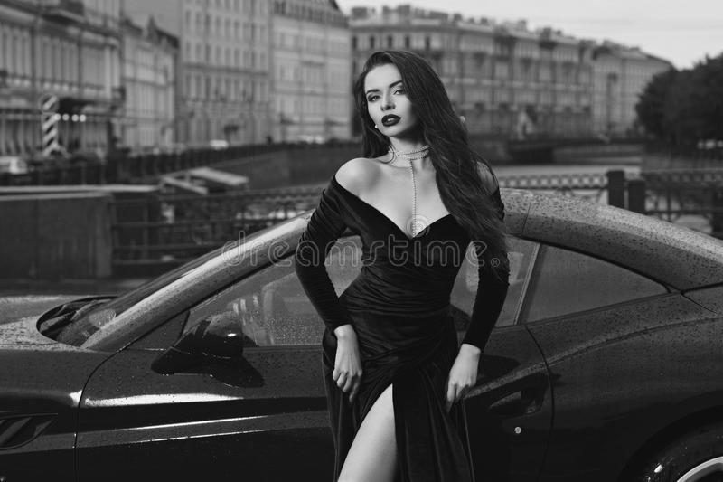 Mulher 'sexy' contra o carro desportivo vermelho fotos de stock royalty free