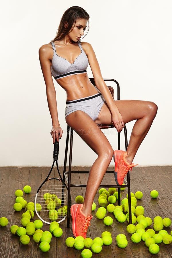 Mulher 'sexy' da aptidão bonita, jogador de tênis com raquete imagem de stock royalty free