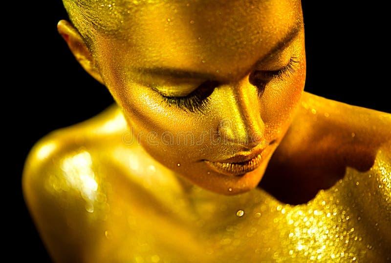 Mulher 'sexy' da beleza com pele dourada Close up do retrato da arte da forma Menina modelo com composição profissional dourada b imagens de stock royalty free