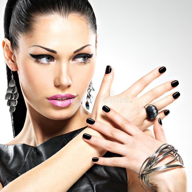 Mulher 'sexy' da forma bonita com os pregos pretos na cara bonita imagem de stock
