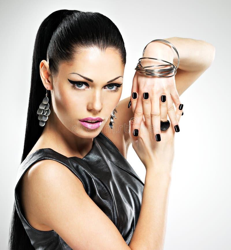 Mulher 'sexy' da forma bonita com os pregos pretos na cara bonita fotografia de stock