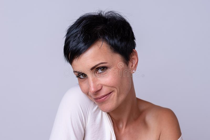 Mulher 'sexy' de sorriso que flerta com a câmera imagem de stock