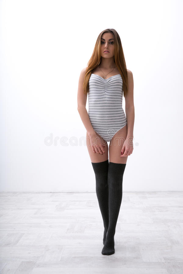 Mulher 'sexy' do ajuste no bodysuit foto de stock