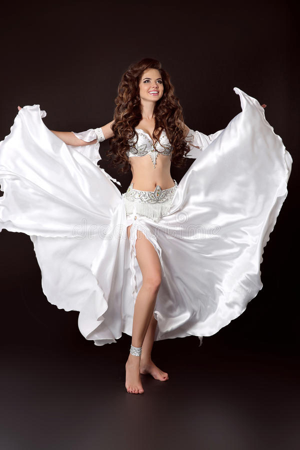 Mulher 'sexy' do bellydancer árabe bonito no branco cos do bellydance foto de stock royalty free