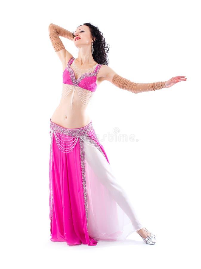 Mulher 'sexy' do bellydancer árabe no traje branco no fundo branco Modelo oriental da beleza no retrato do estúdio imagens de stock