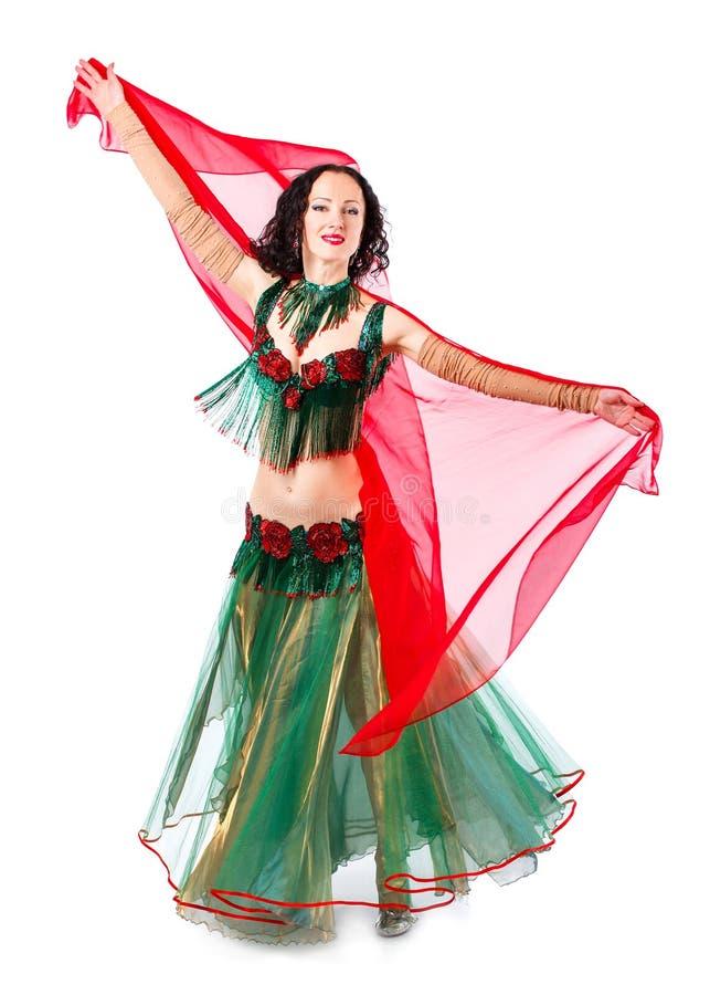 Mulher 'sexy' do bellydancer árabe no traje branco no fundo branco Modelo oriental da beleza no retrato do estúdio foto de stock royalty free