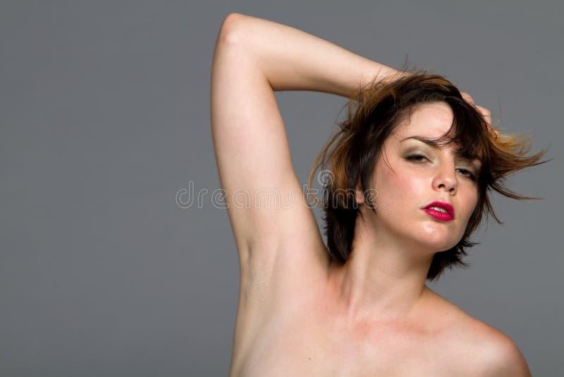 Mulher 'sexy' do brunette do cabelo curto fotos de stock