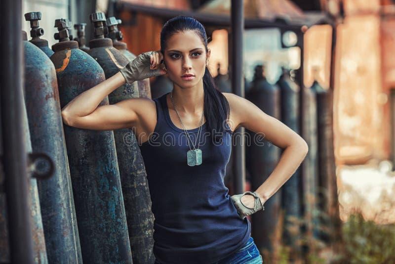Mulher 'sexy' do soldado em ruínas da fábrica imagens de stock