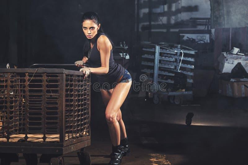 Mulher 'sexy' do soldado em ruínas da fábrica fotos de stock royalty free