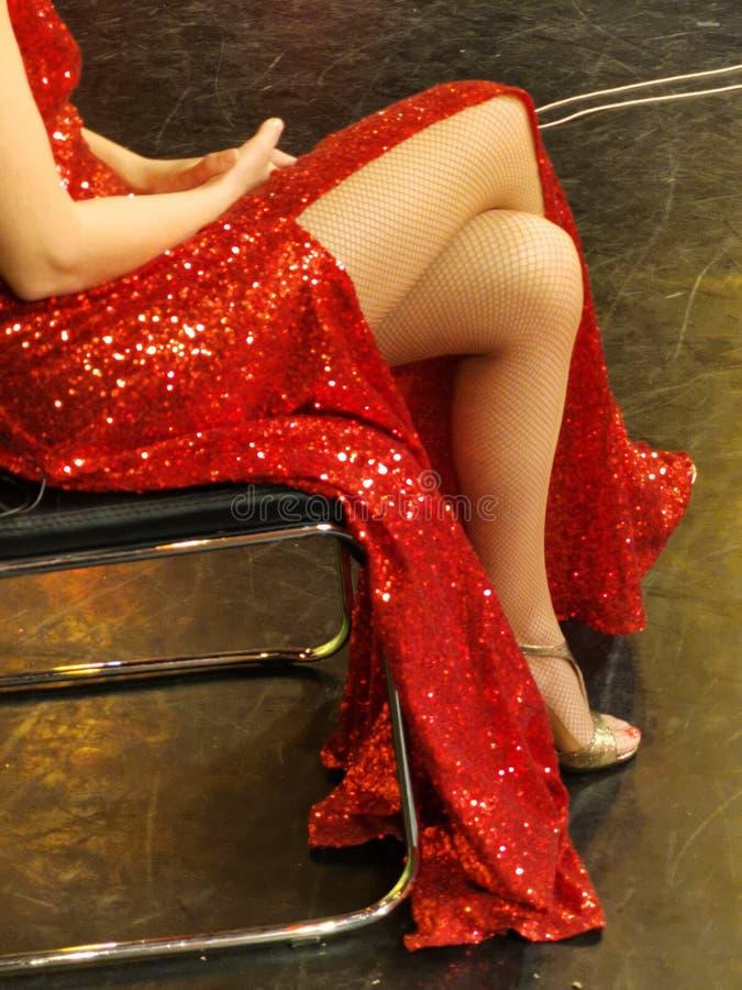 Mulher 'sexy' dos p?s no vestido vermelho fotos de stock