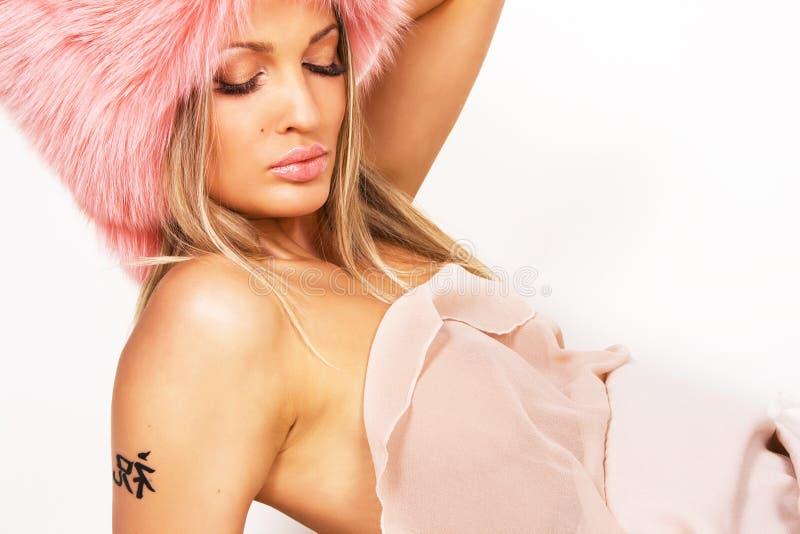 Mulher 'sexy' em um chapéu forrado a pele cor-de-rosa fotos de stock
