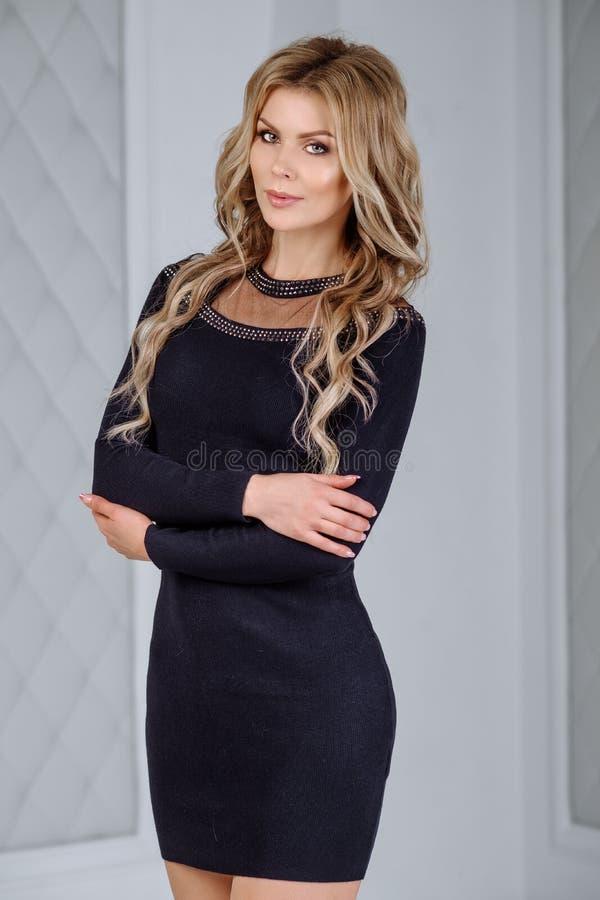 Mulher 'sexy' em um vestido apertado preto Foto do interior do estúdio Mulher bonita com corpo perfeito imagem de stock royalty free