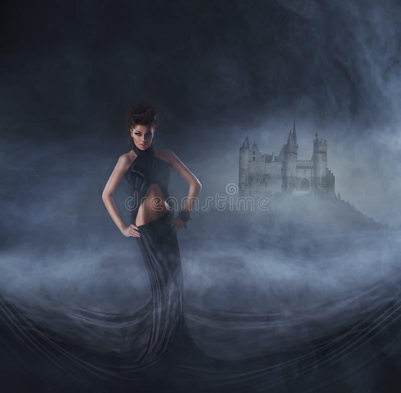 Mulher 'sexy' em um vestido preto Conceito de Halloween fotografia de stock royalty free