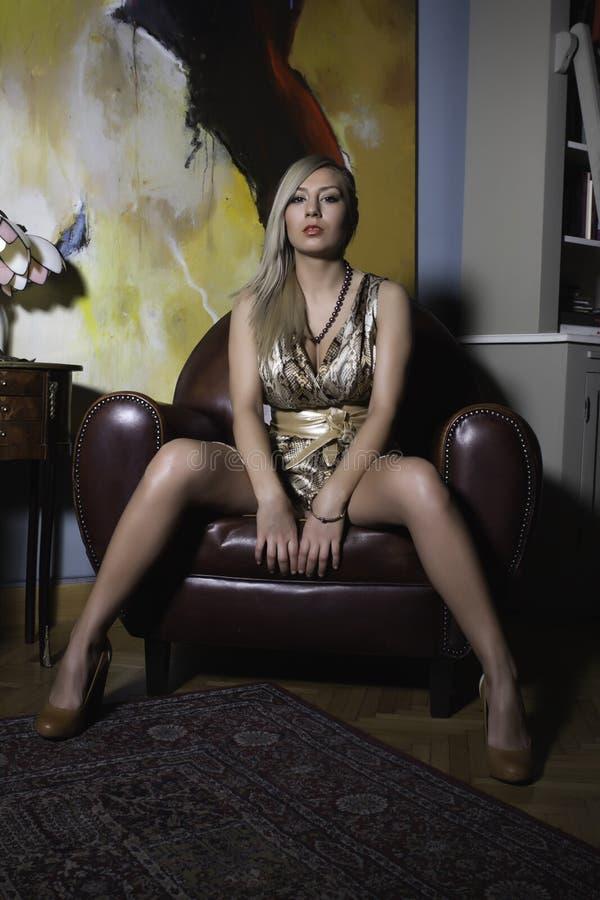 Mulher 'sexy' em uma poltrona foto de stock royalty free