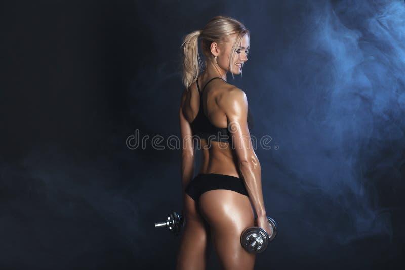 A mulher 'sexy' forte está treinando com barbells fotos de stock royalty free