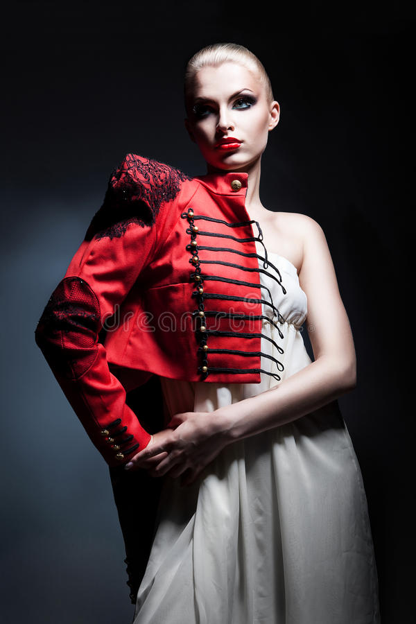 A mulher 'sexy' loura no revestimento vermelho e o branco vestem-se fotografia de stock royalty free