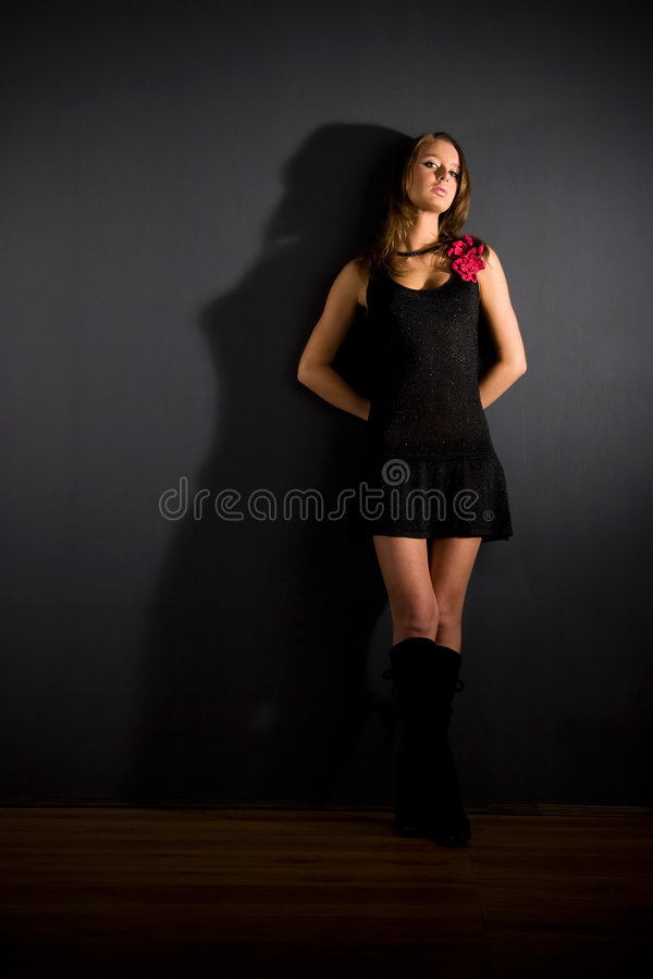 Mulher 'sexy' magro no fundo escuro foto de stock royalty free