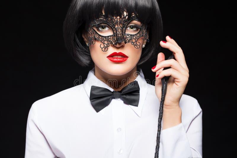 Mulher 'sexy' na peruca que levanta com chicote fotografia de stock royalty free