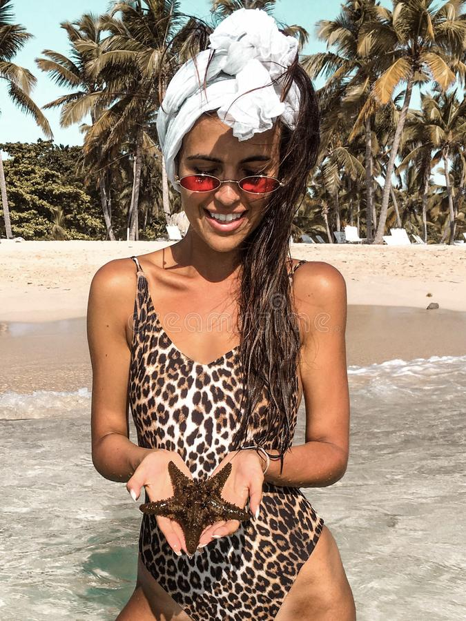 Mulher 'sexy' na praia tropical fotos de stock royalty free