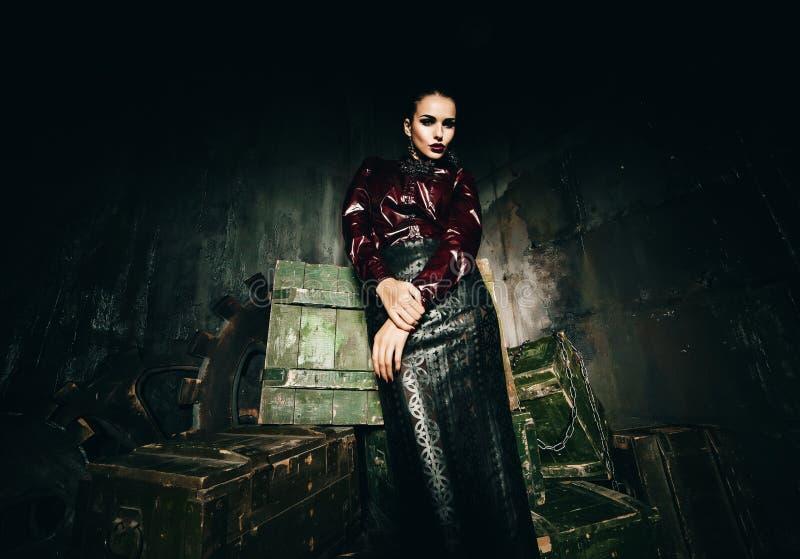 Mulher 'sexy' na saia de couro que está em caixas de madeira foto de stock royalty free