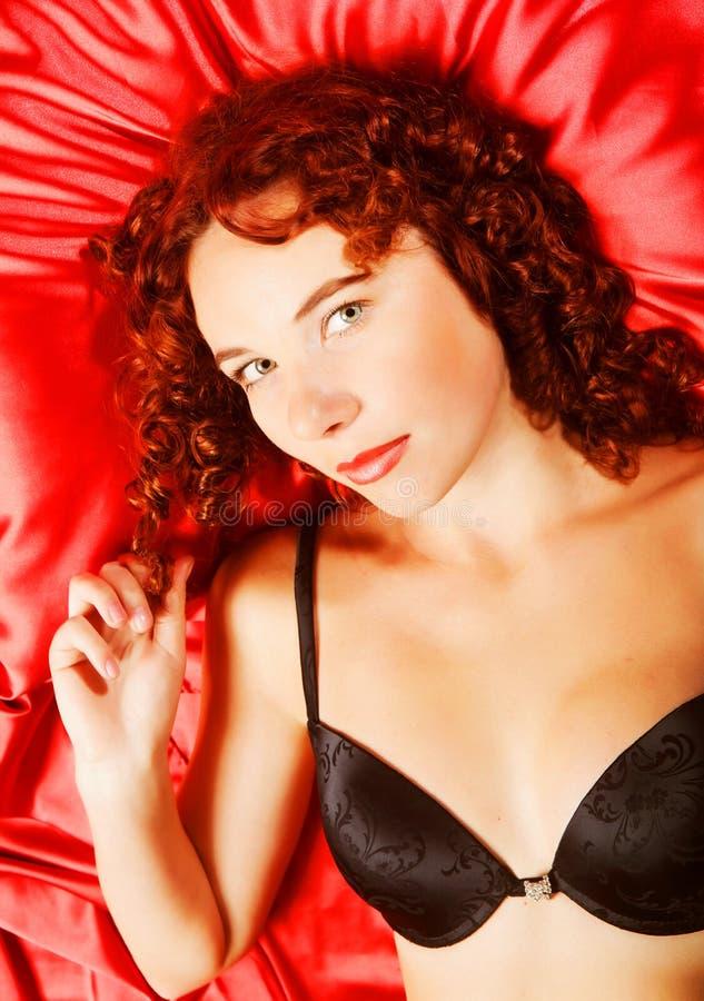 Mulher 'sexy' na seda vermelha imagens de stock royalty free