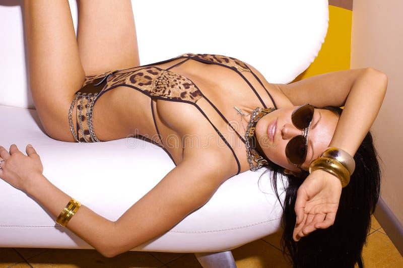 Mulher 'sexy' no biquini do leopardo imagens de stock