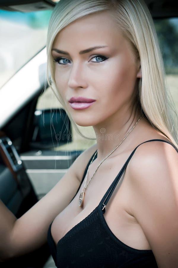 mulher 'sexy' no carro foto de stock