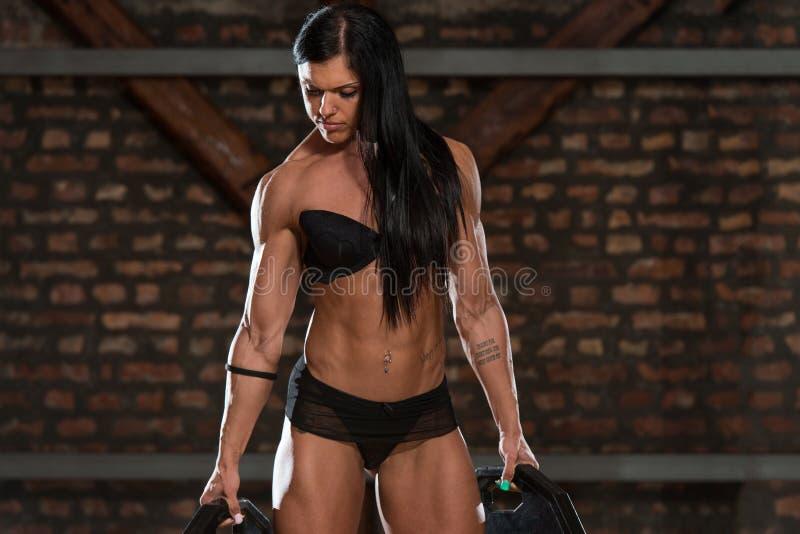 Mulher 'sexy' no Gym com equipamento do exercício fotografia de stock