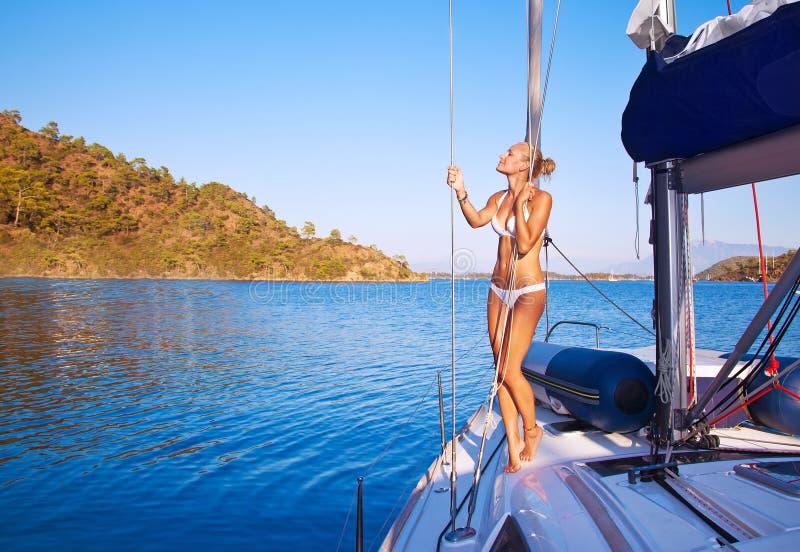 Mulher 'sexy' no veleiro fotos de stock royalty free