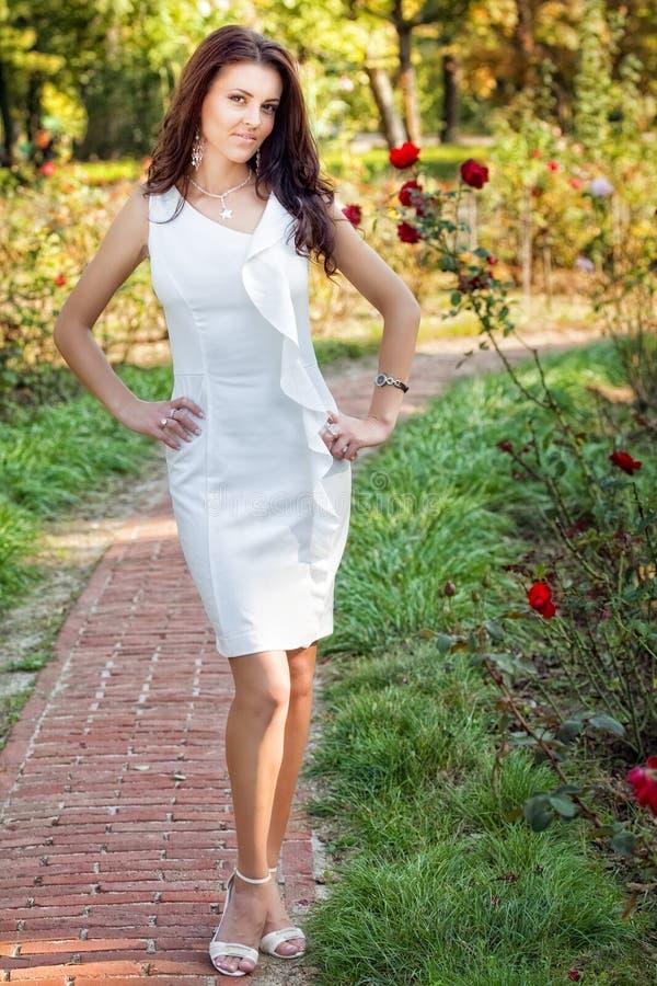 Mulher 'sexy' no vestido branco elegante ao ar livre fotos de stock
