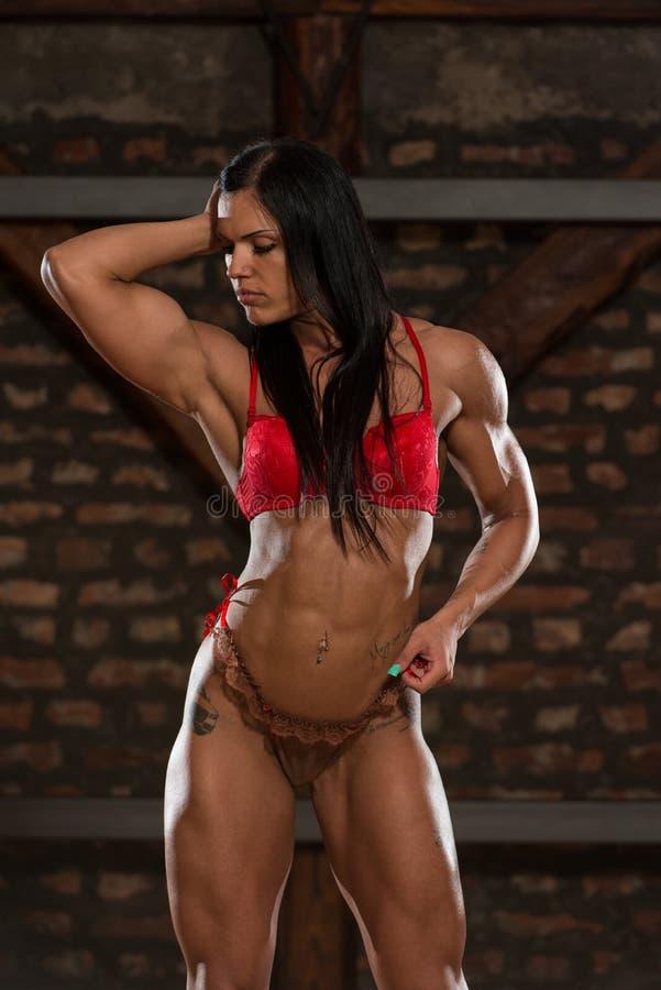 Mulher 'sexy' nova após o exercício no gym foto de stock royalty free