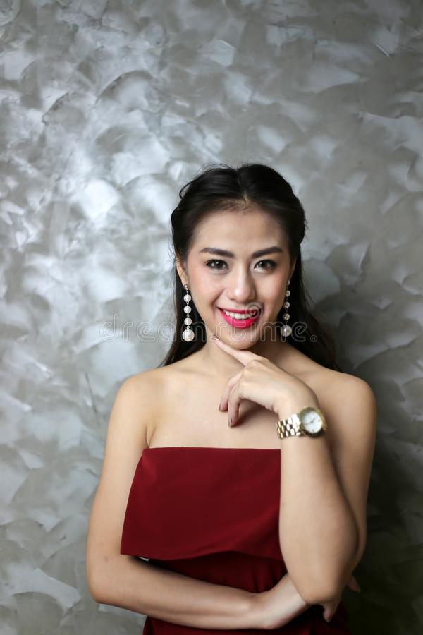 Mulher 'sexy' nova bonita de sorriso feliz no vestido de partido vermelho imagens de stock
