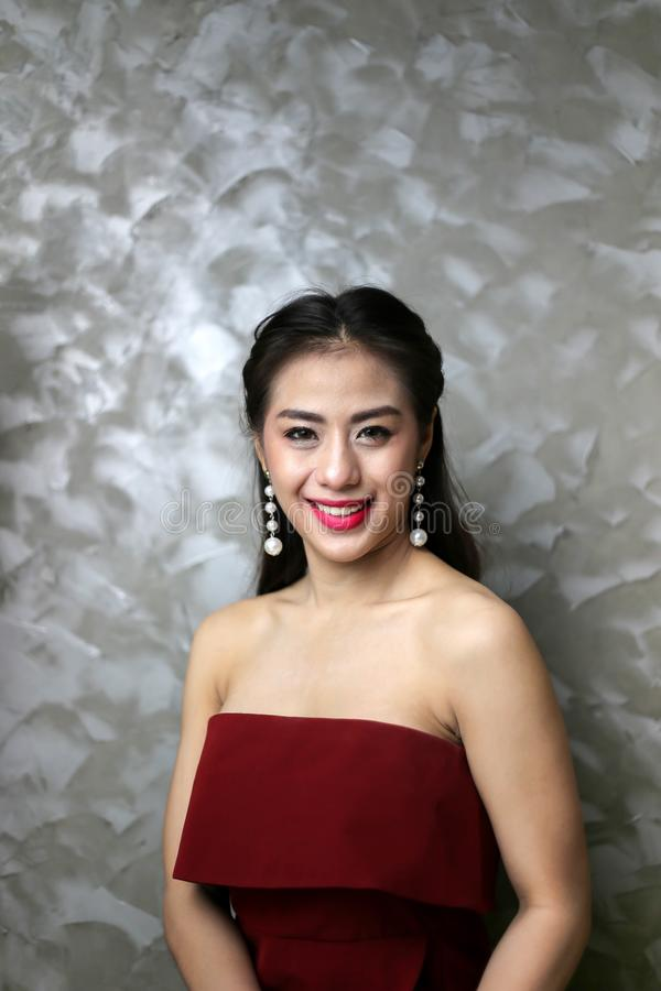 Mulher 'sexy' nova bonita de sorriso feliz no vestido de partido vermelho imagens de stock royalty free