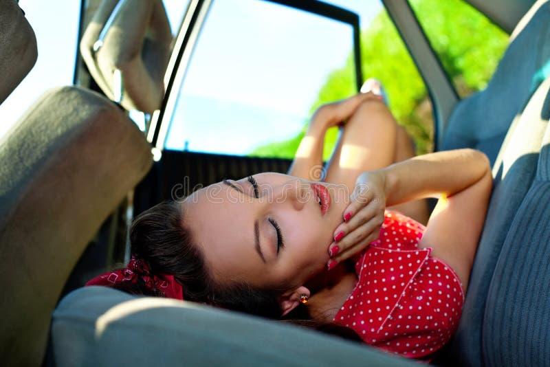 A mulher 'sexy' nova coloca no carro - estilo do pinup fotografia de stock