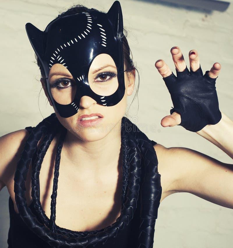 A mulher 'sexy' nova com forma brilhante compõe, close up da máscara do gato imagens de stock