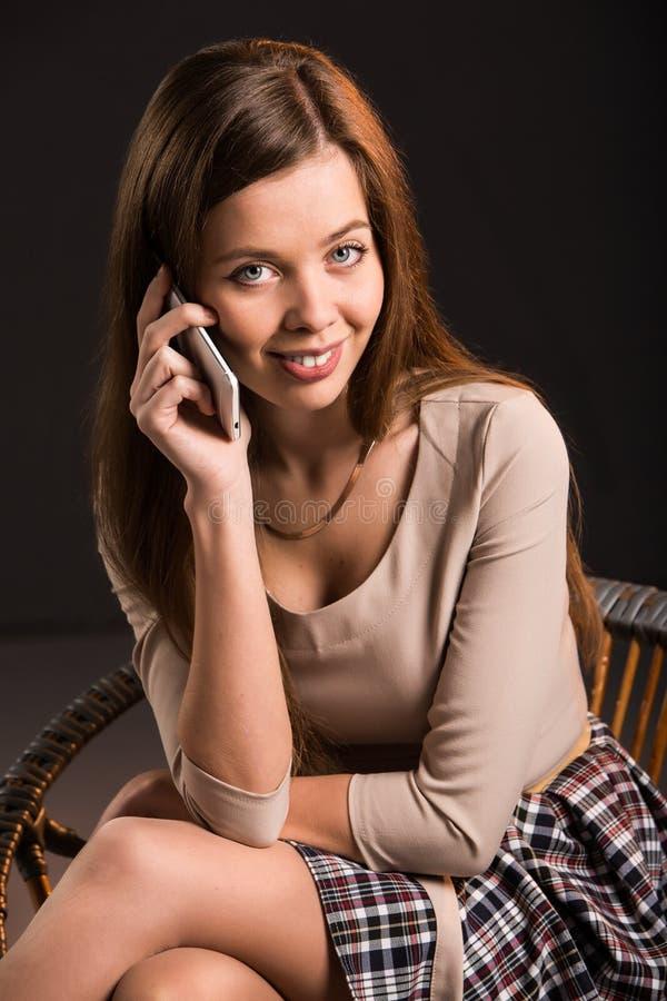 Mulher 'sexy' nova consideravelmente atrativa que sorri com a fotografia de stock