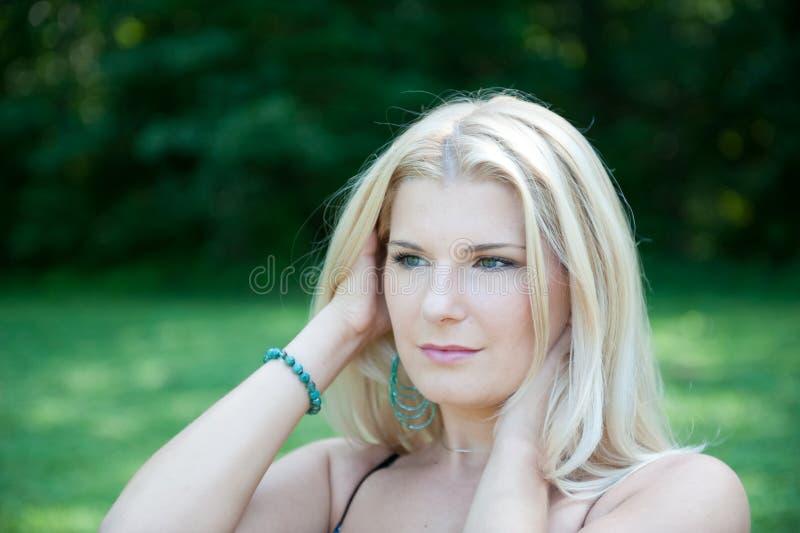 Mulher 'sexy' nova da mola com pele pura saudável imagens de stock