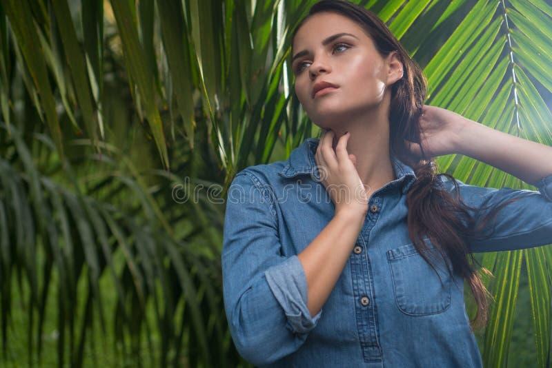 Mulher 'sexy' nova na selva durante o dia ensolarado imagem de stock royalty free