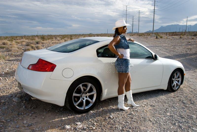 Mulher 'sexy' pelo carro de esportes. foto de stock