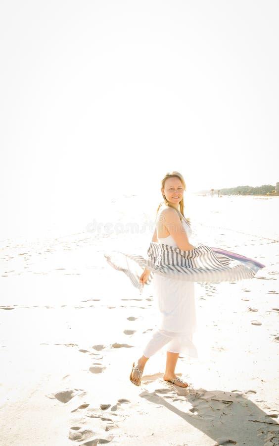 Mulher 'sexy' que anda a praia fotografia de stock royalty free
