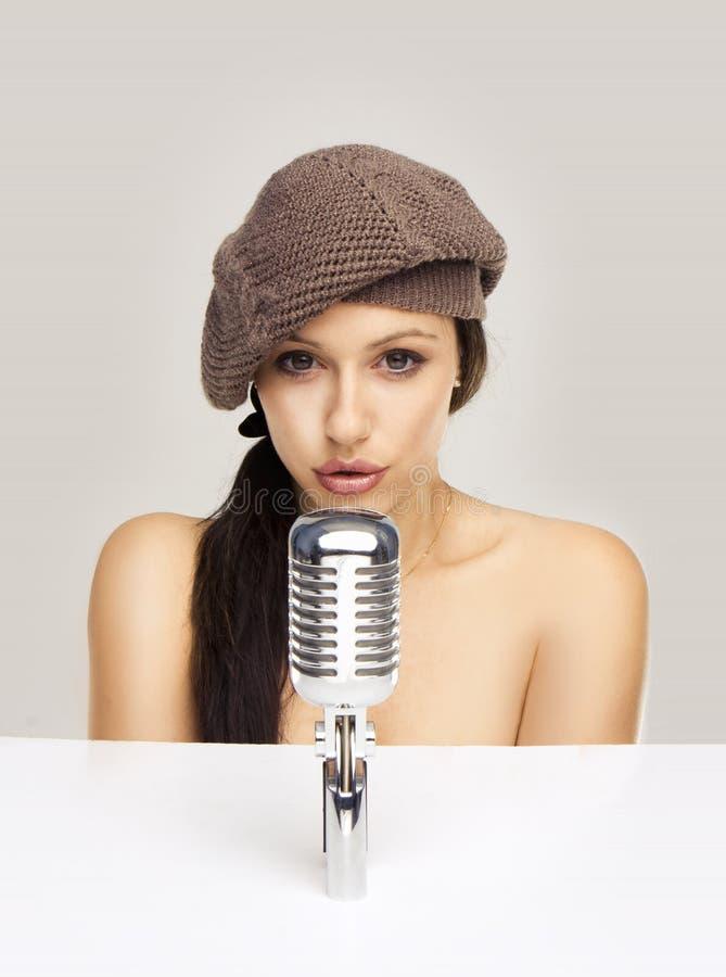 Mulher 'sexy' que canta no mic retro fotografia de stock royalty free