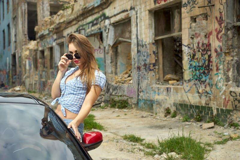 Mulher 'sexy' que conduz um carro fotos de stock