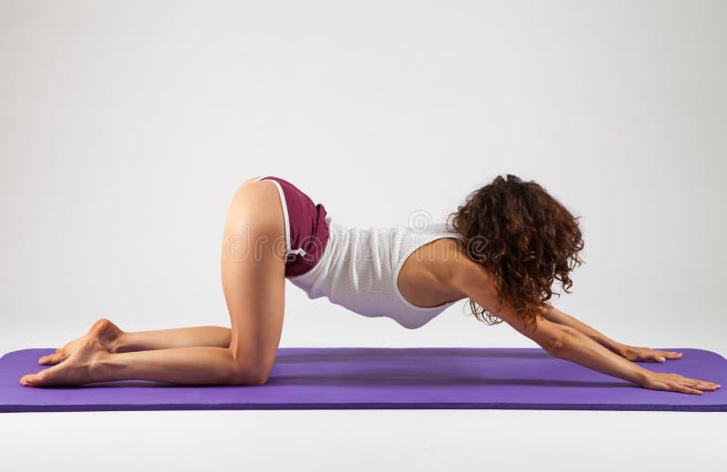 Mulher 'sexy' que faz exercícios da ioga fotos de stock