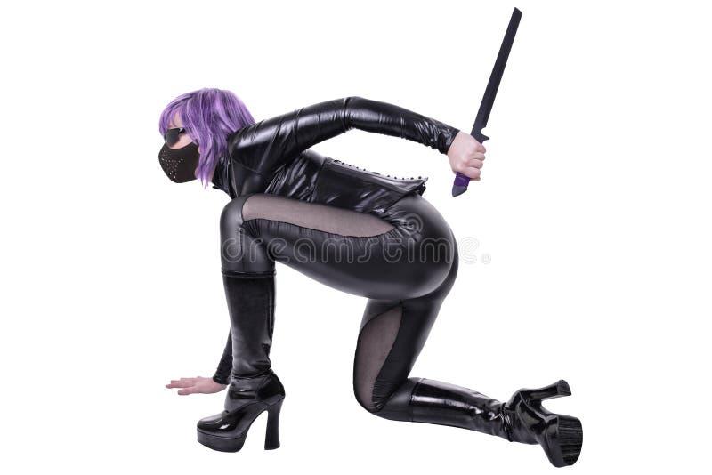 A mulher 'sexy' que guarda a lâmina, apronta-se para lutar foto de stock