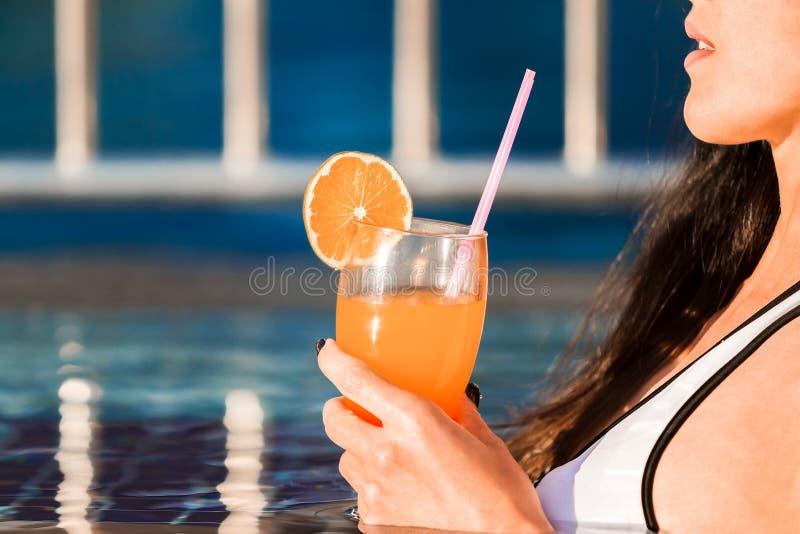 Mulher 'sexy' que guarda um cocktail em uma associação fotos de stock royalty free