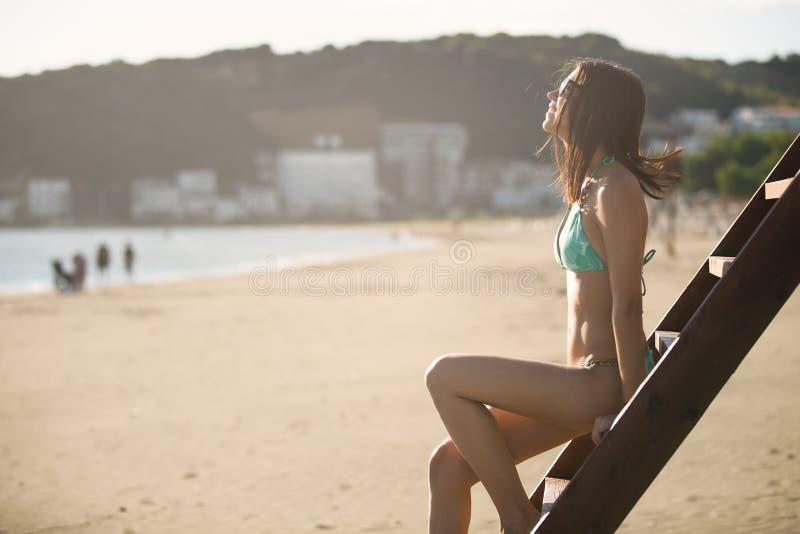Mulher 'sexy' que tem o divertimento em feriados das férias de verão Retrato do verão do estilo de vida, torre da salva-vidas imagem de stock royalty free