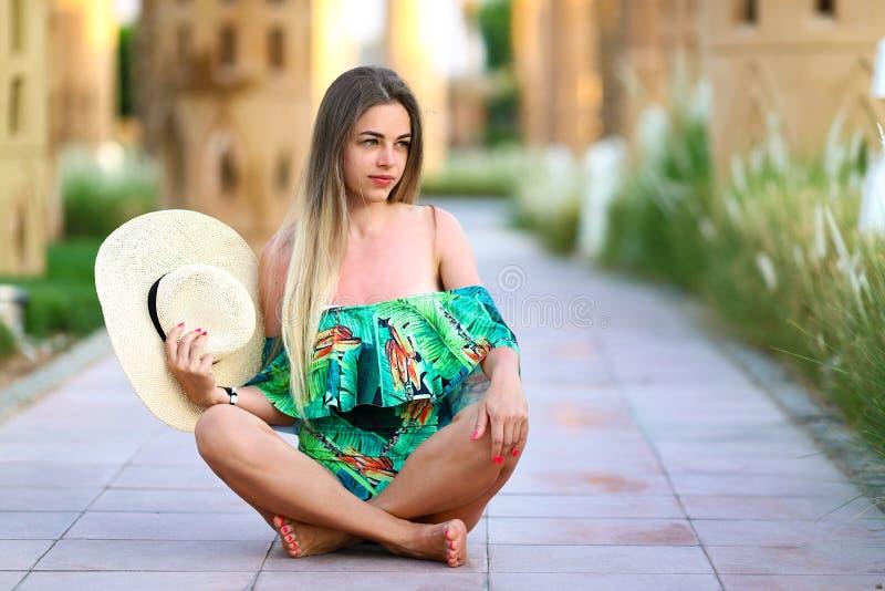 Mulher 'sexy' quente bonita nova do verão que relaxa no roupa de banho Menina da forma do verão no chapéu exterior Conceito das f fotos de stock royalty free