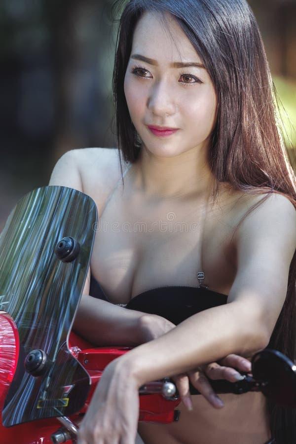 Mulher 'sexy', retrato da menina do modelo de forma dentro foto de stock