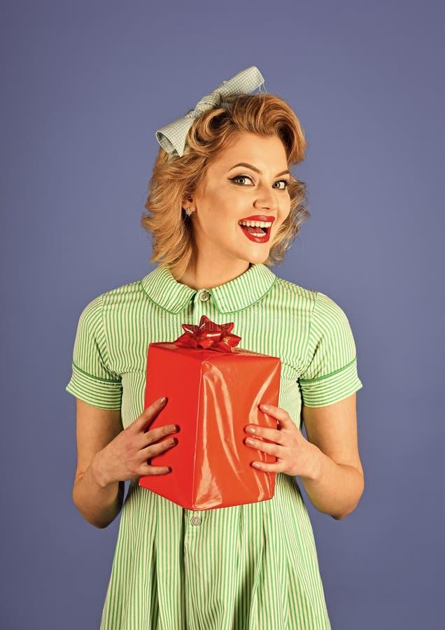 Mulher 'sexy' sensual Mulher retro com caixa atual, pinup imagens de stock
